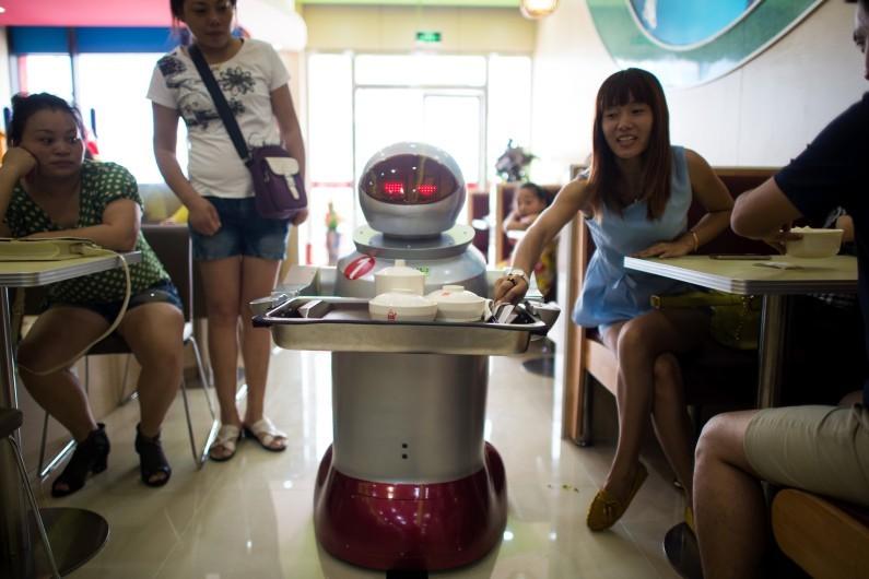 7773721741_un-robot-serveur-le-13-aout-2014-a-kunshan-archives