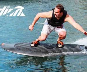 surfer-a-lelectrique-les-fans-de-de-glisse-en-revaient-radinn-la-fait-300x250